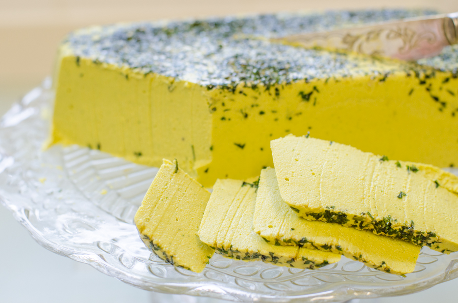 גבינה צהובה טבעונית פיקנטית עם עשבי תיבול