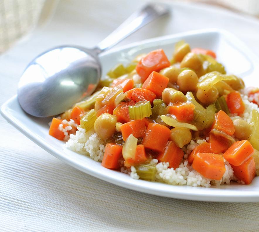 קוסקוס עם תבשיל ירקות וחומוס