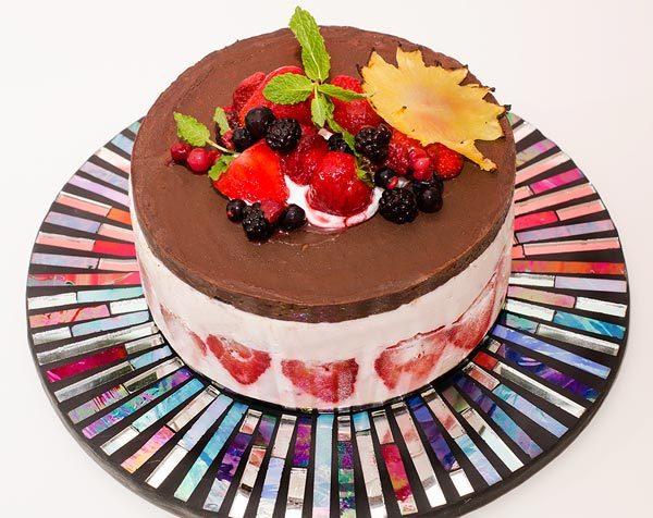עוגת פירות יער עם קרם שוקולד