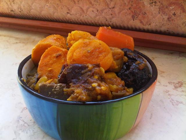 תבשיל ירקות ופירות יבשים בסגנון הודי