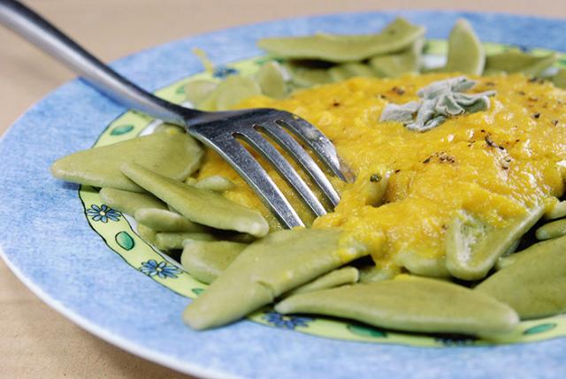 פסטה ירוקה ברוטב פלפלים צהובים קלויים