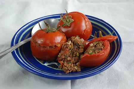 עגבניות ממולאות עדשים אדומות