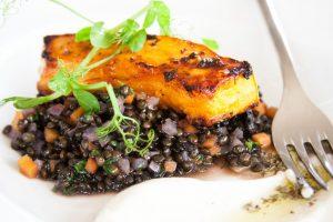 סטייק דלעת על תבשיל עדשים שחורות וקרם ארטישוק ירושלמי של מסעדת אדורה