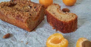 עוגת משמשים הפוכה עם קראמבל אגוזים ותבלינים