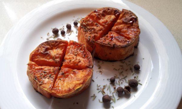 פרוסות בטטה מתובלנות ואפויות בתנור