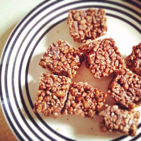 פצפוצי אורז ושומשום בחמאת בוטנים שוקולד מריר ומייפל