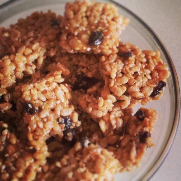 פצפוצי אורז עם שומשום, צימוקים, חמאת בוטנים ומייפל