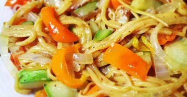 אטריות אורז מלא מוקפצות עם בצל, פלפל מתוק וקישוא