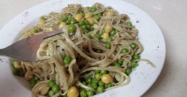אטריות אורז מלא עם אצות וואקמה אפונה וחומוס