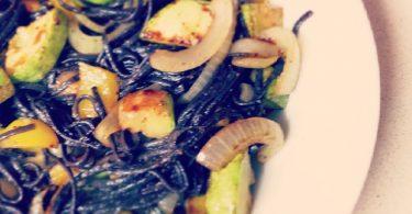 אטריות אורז שחור עם בצל, פלפל צהוב וקישוא
