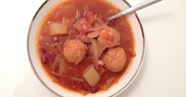 מרק שעועית אדומה עם כופתאות