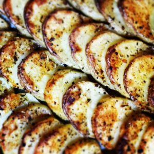 פרוסות תפוחי אדמה מתובלנות בתנור