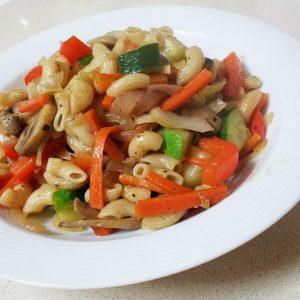 אטריות אורז חום מלא עם בצל, פטריות, פלפל, כרוב, גזר וזוקיני