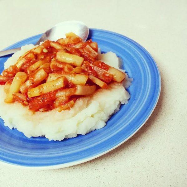 שעועית צהובה ברוטב עגבניות על מצע פירה