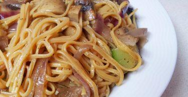 אטריות אורז מלא עם בצל סגול, פטריות וקישוא