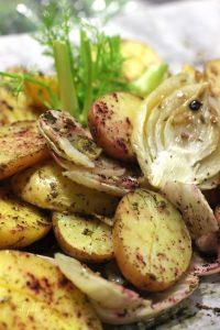 תפוחי אדמה ושומר אפויים בניחוח שמיר
