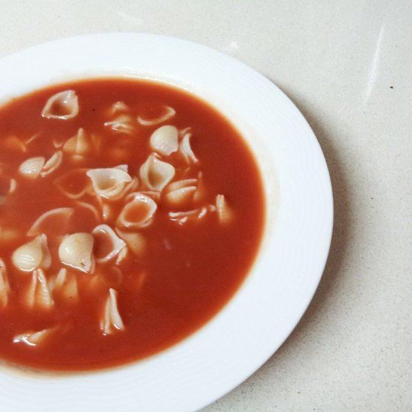 מרק עגבניות פיקנטי עם אטריות אורז