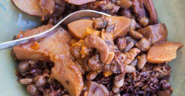 חמין טבעוני עם אורז אדום וירקות