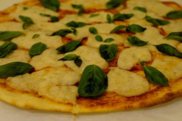 פיצה עם גבינת שקדים