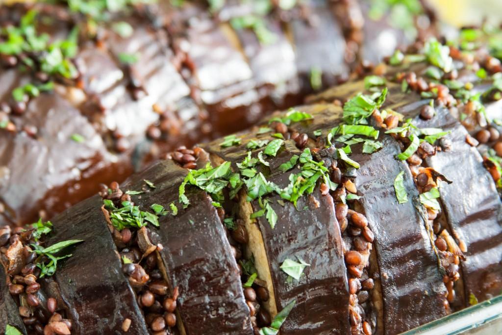 חצילים במילוי עדשים שחורות בסגנון פרסי