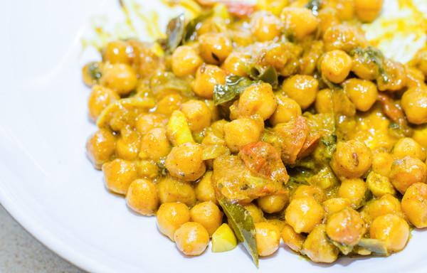 חומוס בקארי עם קרם קוקוס