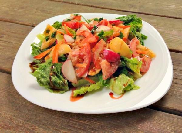סלט חמצמץ של ירקות ושסק ברוטב רימונים