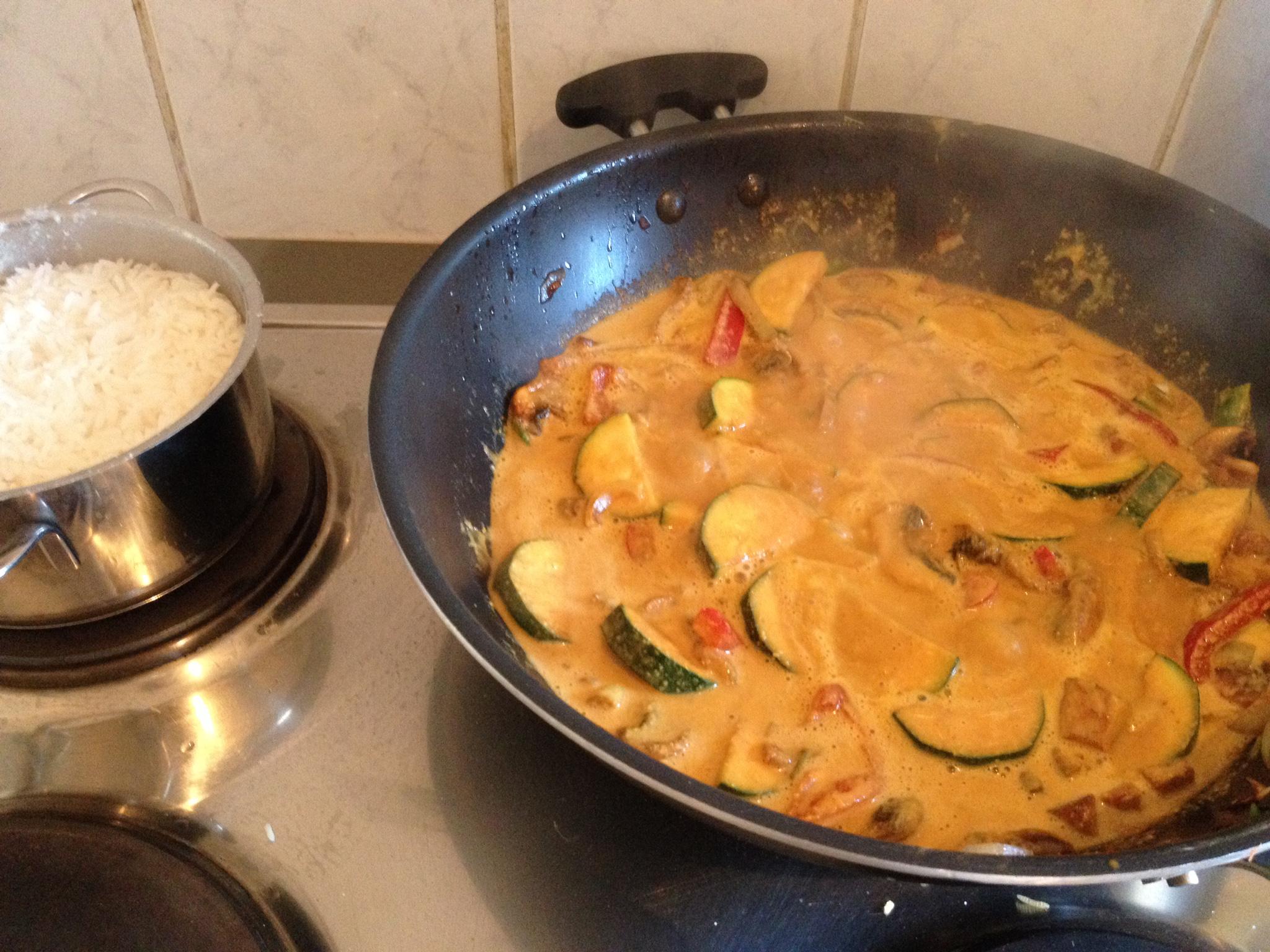 ירקות בחלב קוקוס וקארי על אורז