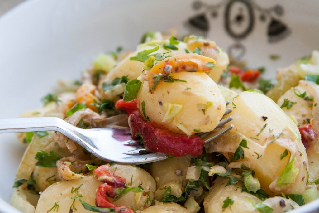סלט תפוחי אדמה עם פלפלים קלויים ומיונז מעושן