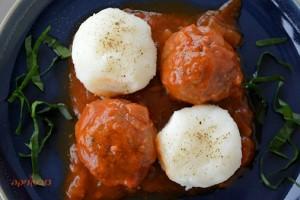 כדורי טחון מן הצומח ברוטב עגבניות ואריסה