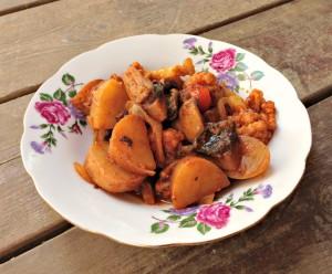 תבשיל קייצי של תפוחי אדמה וכרובית