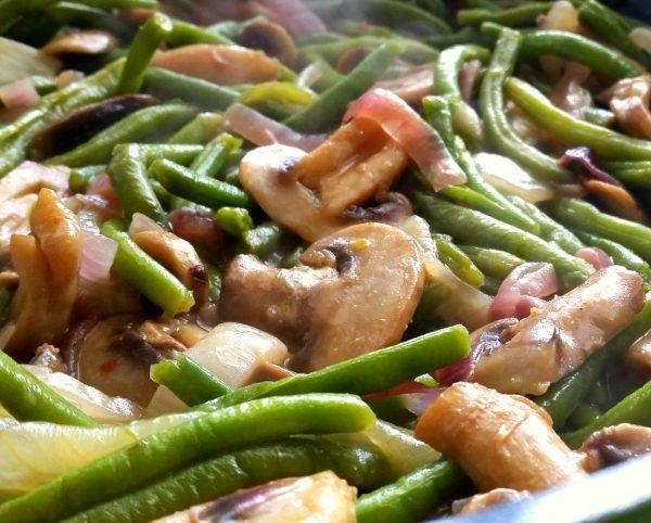 שעועית ירוקה עם בצלים ופטריות