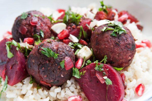 כדורי טמפה אפויים בתבשיל סלק ורימונים פרסי