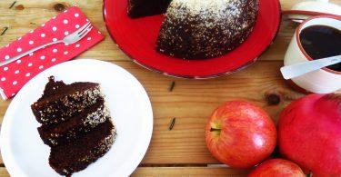 """עוגת """"דבש"""" טבעונית עם שומשום"""