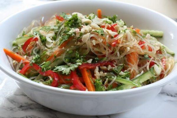 סלט אטריות שעועית קר עם ירקות