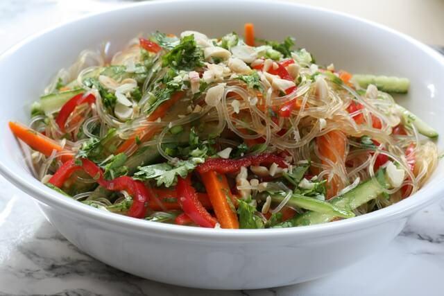 סלט אטריות קר עם ירקות