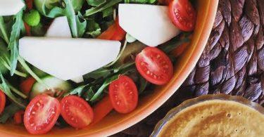 סלט ירוק ברוטב אגוזי