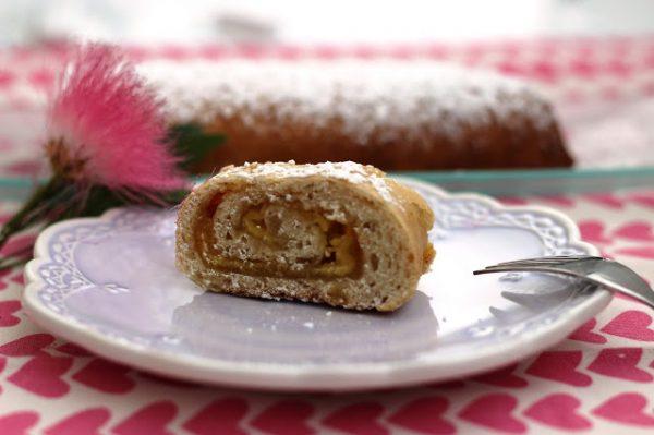 עוגת שמרים במלית מרציפן