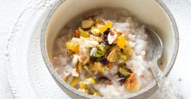 אורז מתוק בחלב קוקוס אגוזים