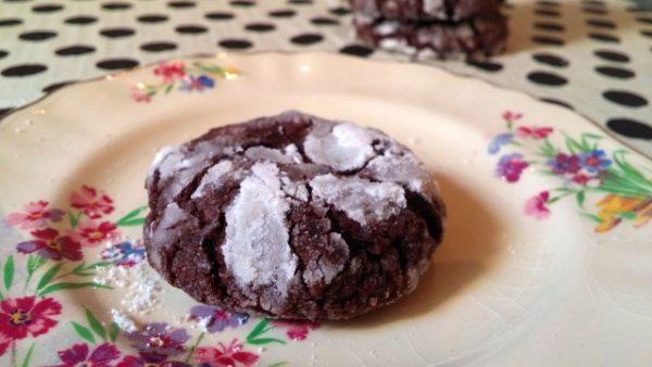 עוגיות שוקולד-שלג סדוקות