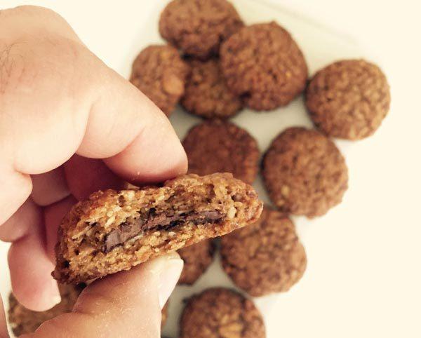 עוגיות גרנולה ממולאות בשוקולד