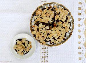 עוגיות שוקולד ושקדים קלויים