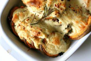 מאפה תפוחי אדמה ברוטב גבינה