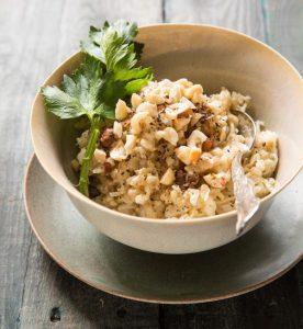 אורז מלא עם סלרי, מרווה ואגוזי לוז