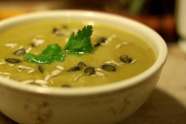 מרק ארטישוק ירושלמי וירקות שורש בחלב קוקוס