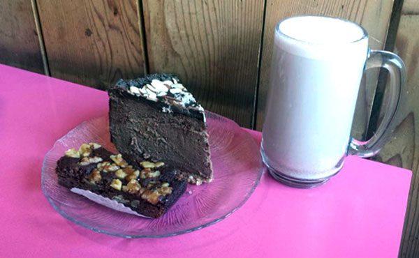 בתמונה- עוגת גבינה טופו שוקולד, עוגת בראוניז והולידיי נוג שקדים (משקה מיוחד לכריסמס)
