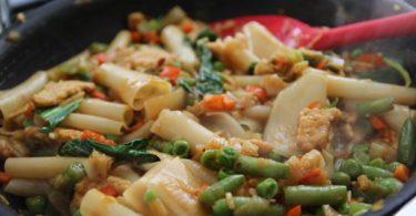 אטריות אורז עם ירקות וטמפה ברוטב טריאקי