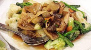 """מוקפץ ירקות עם פטריות סיניות וכדורי """"בשר""""."""