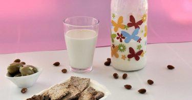 חלב שקדים וקרקרים
