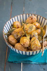 תפוחי אדמה צלויים עם צ'יפס מרווה