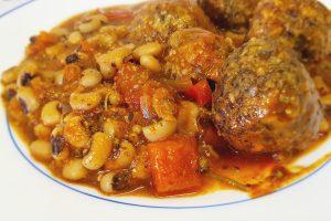 תבשיל שעועית לוביה וקציצות עדשים